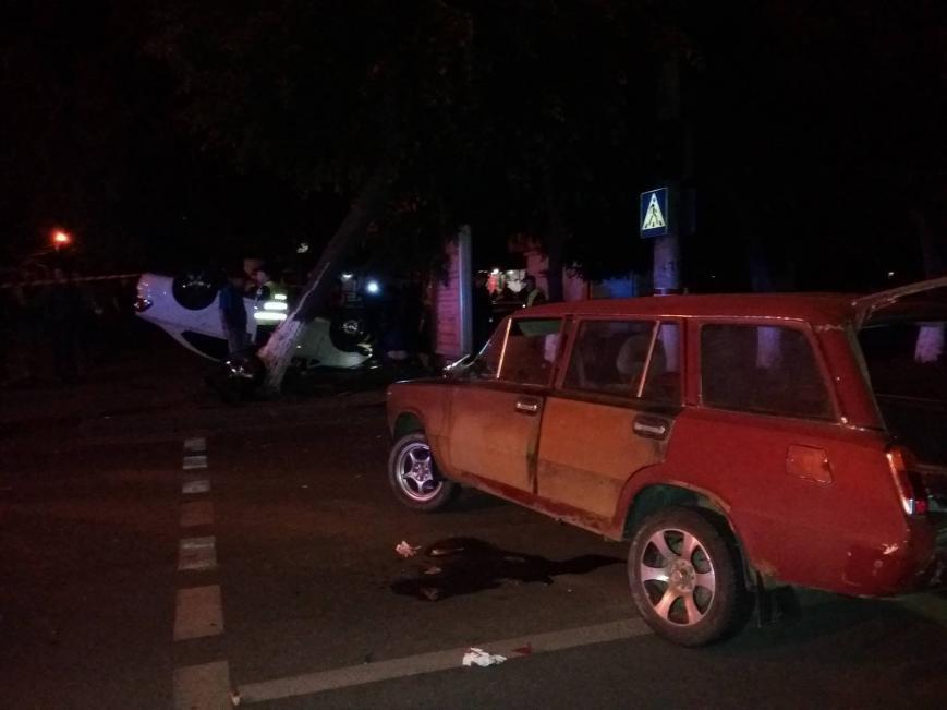ДТП в центре Кропивницкого: одна из машин перевернулась в воздухе, снесла дерево и упала на прохожего (ФОТО), фото-3