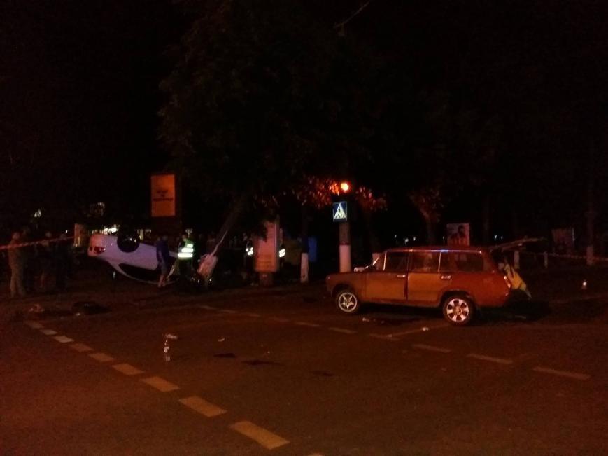 ДТП в центре Кропивницкого: одна из машин перевернулась в воздухе, снесла дерево и упала на прохожего (ФОТО), фото-2