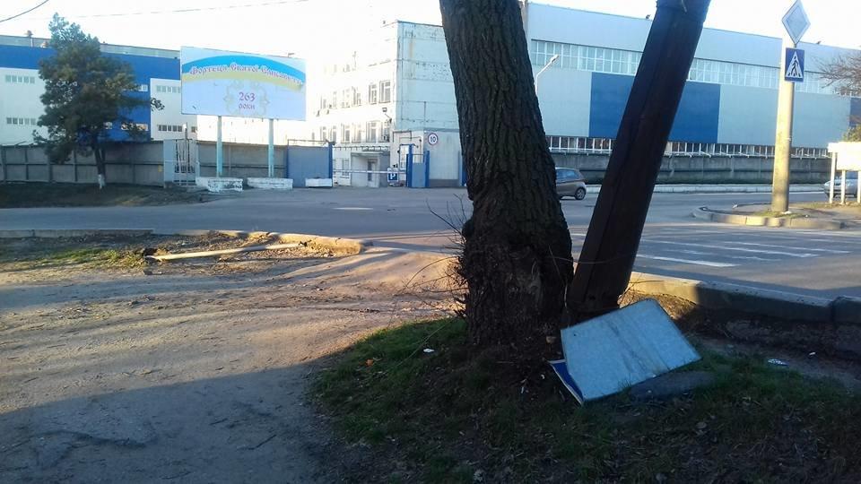 У Кропивницькому невідомі розтрощили дорожній знак. ФОТО, фото-3
