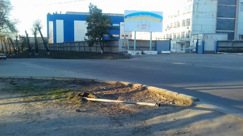 У Кропивницькому невідомі розтрощили дорожній знак. ФОТО, фото-1