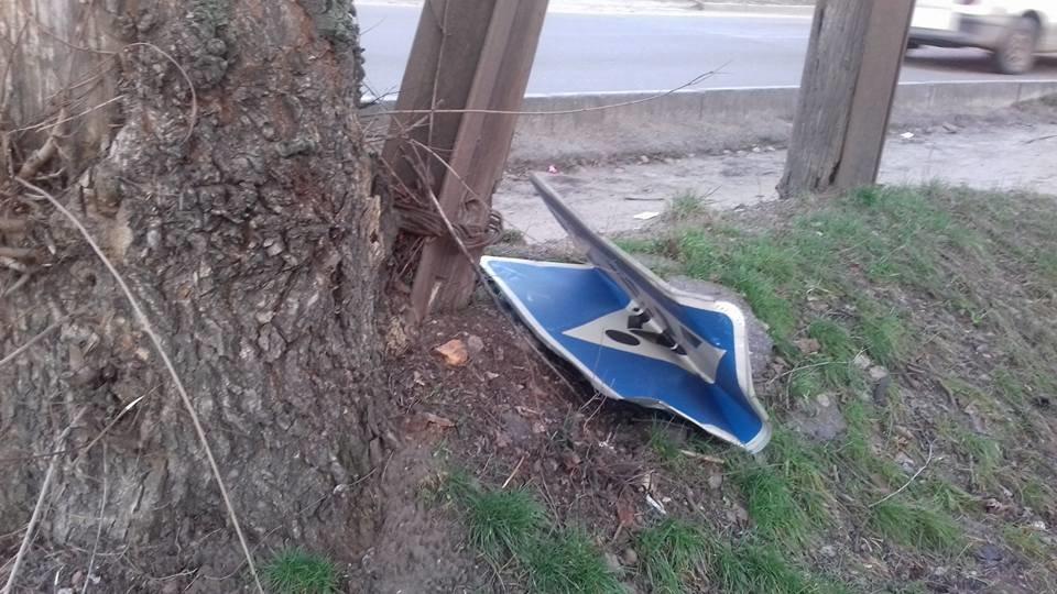 У Кропивницькому невідомі розтрощили дорожній знак. ФОТО, фото-2